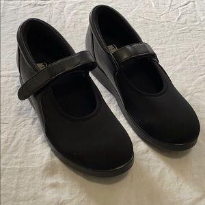 Drew 10 M Bloom II comfort shoes in black.